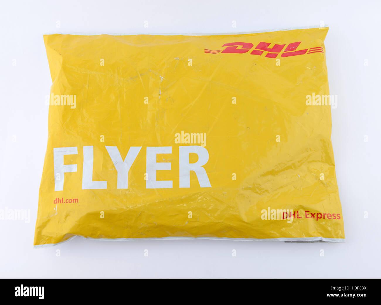 flyer envelope O envelope tipo flyer é fabricado em plástico altamente resistente, opaco, baixo brilho, com janela no verso (bolsa canguru), com fechamento em adesivo termo-plástico.
