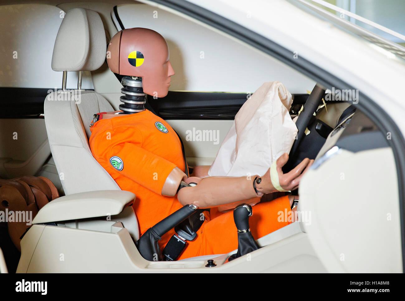 Skoda Auto sled test crash test dummy Oscar seat belts usage