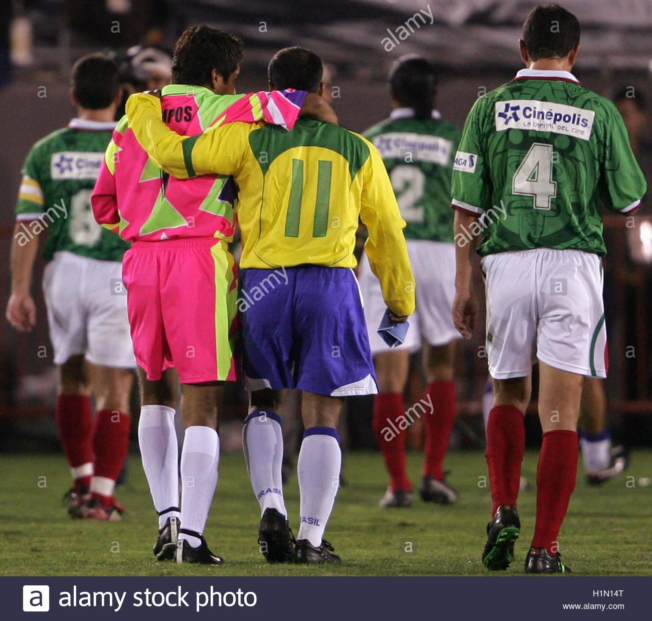¿Cuánto mide Jorge Campos? (El Brody) - Real height Brazilian-soccer-star-romario-de-souza-faria-and-mexican-goalkeeper-H1N14T