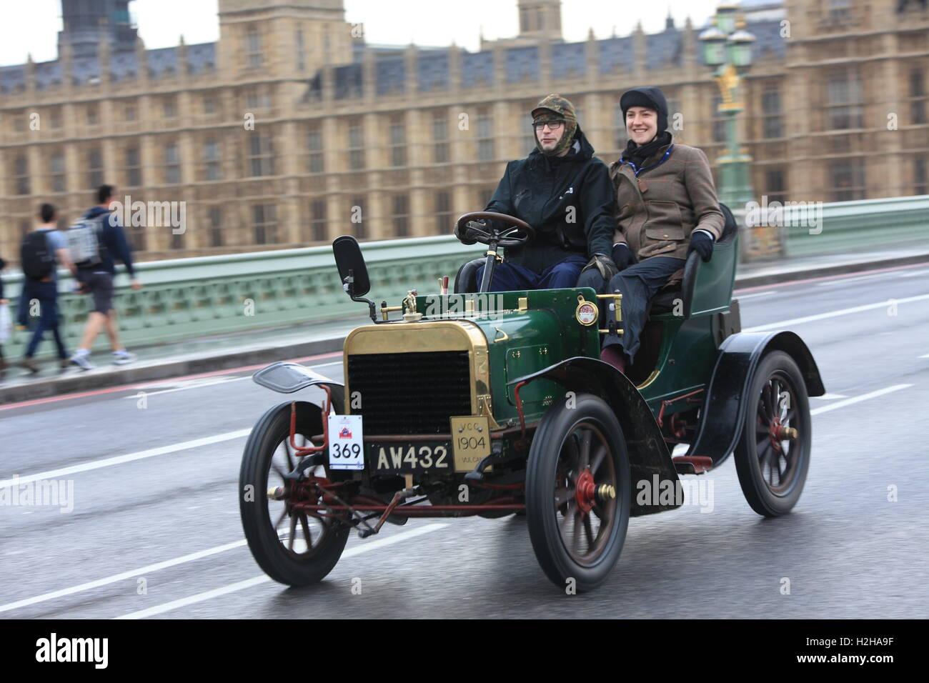 Vulcan veteran car made in 1904 crosses the Westminster Bridge ...