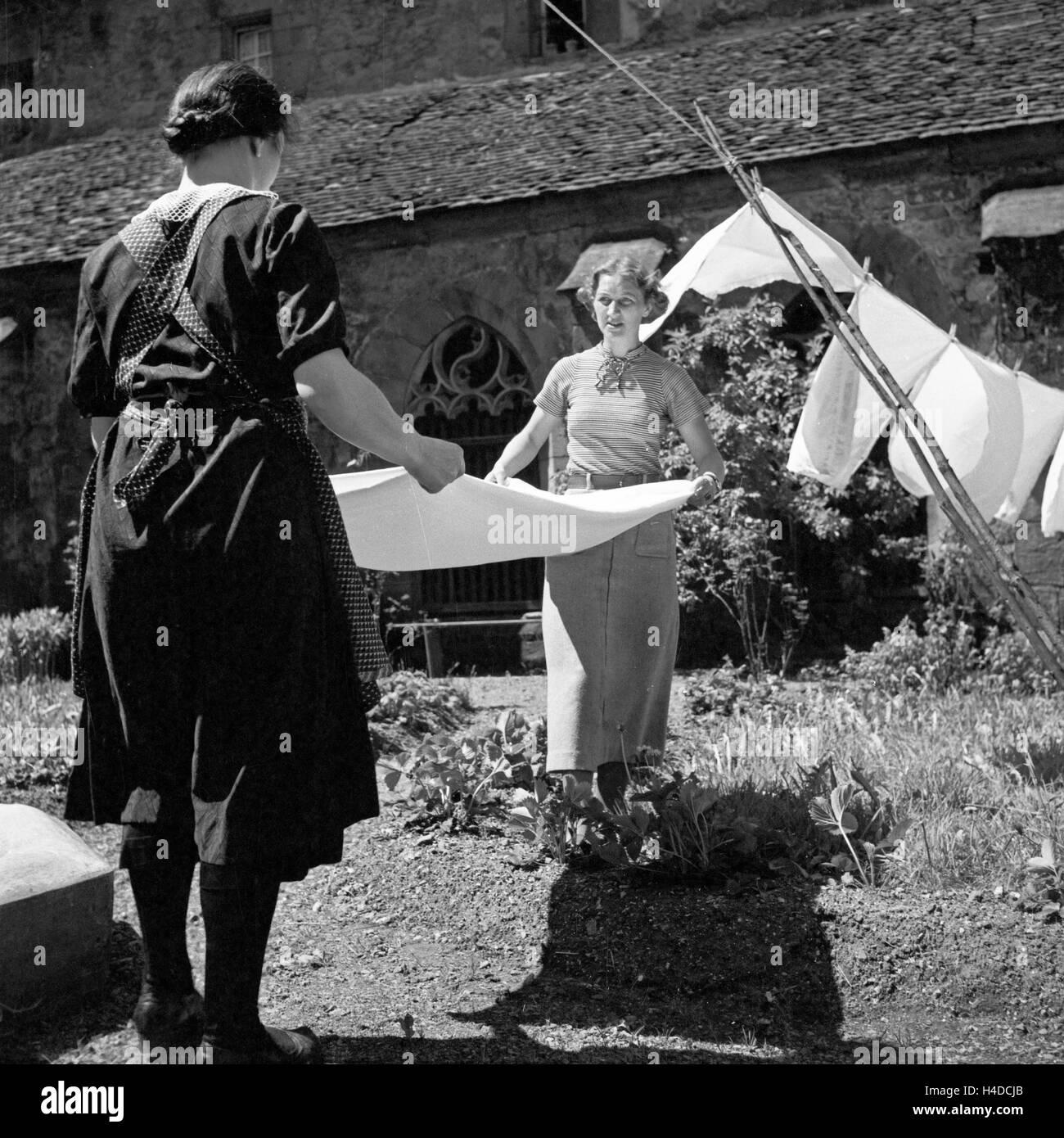 Zwei Frauen beim Wäsche aufhängen, Deutschland 1930er