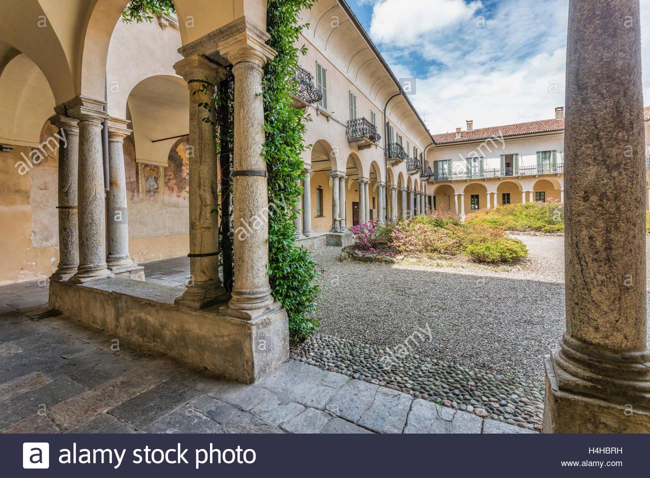 Varese Italien courtyard of monastero di s antonino varese italy innenhof des