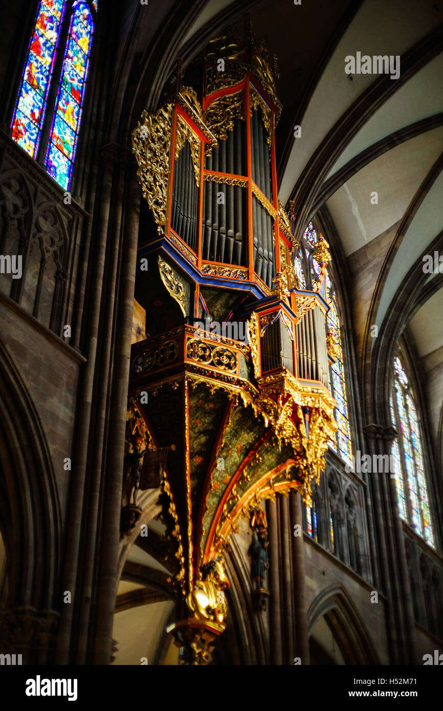 Majestic strasbourg cathedral interior golden decor for Art and decoration france