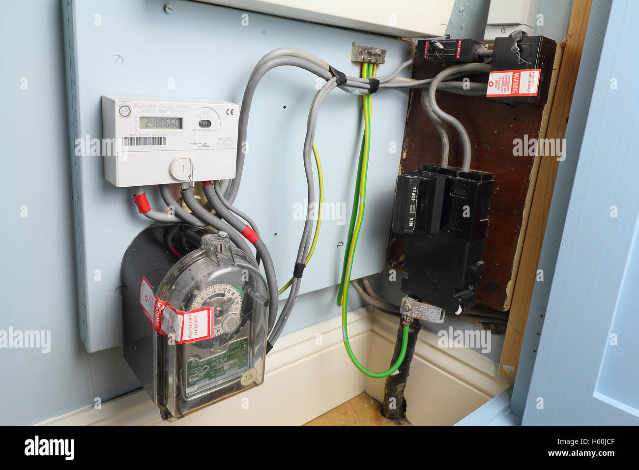 domestic digital economy 7 electricity meter and analog time clock H60JCF domestic electricity meter uk stock photos & domestic electricity economy 7 fuse box at n-0.co