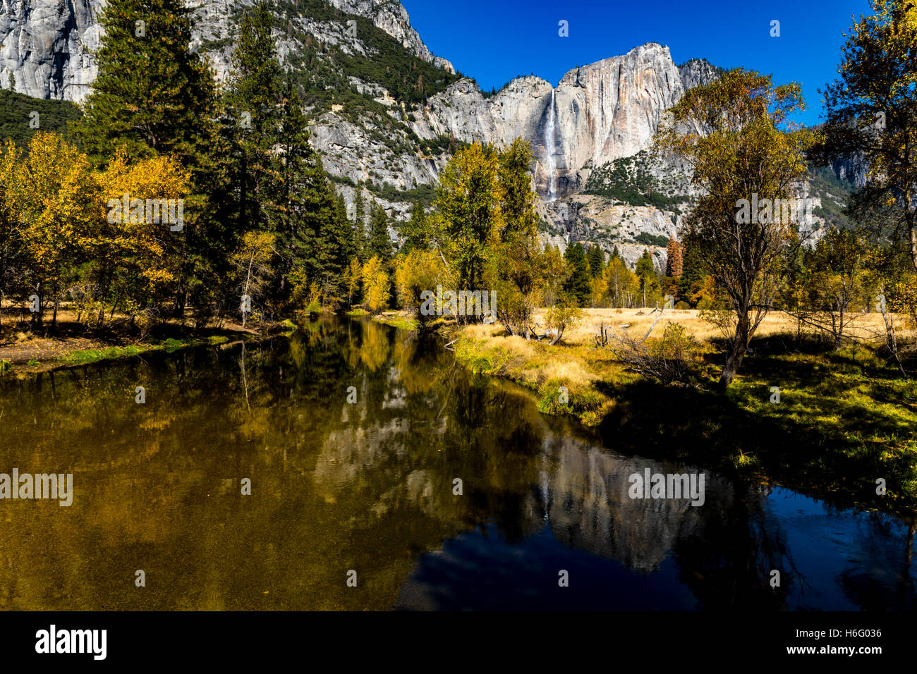the-merced-river-and-horsetail-falls-yosemite-national-park-in-the-H6G036.jpg