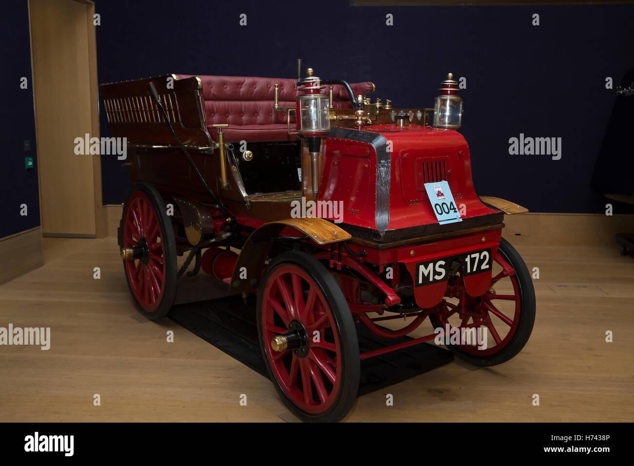 London, UK. 3rd Nov, 2016. 1897 Daimler Rougemont wagonett on ...
