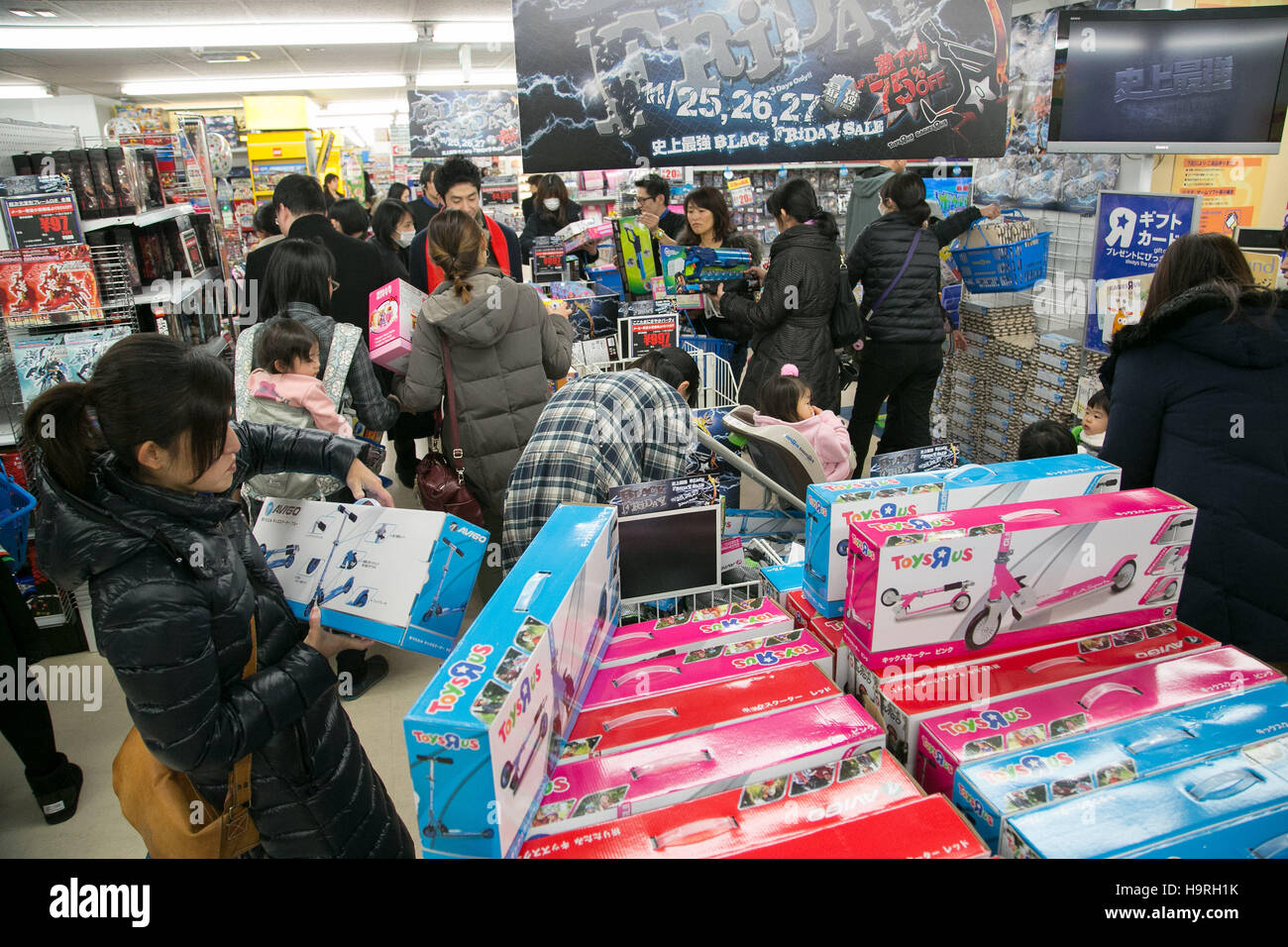 Customers Shop For Toys On Black Friday At A ToysRUs And Stock - Toys r us black friday store map 2016