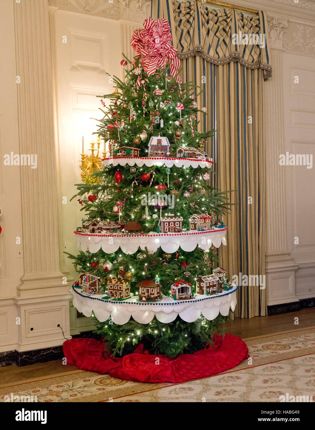 Holiday decorations at the white house are displayed during a press - Stock Photo The 2016 White House Christmas Decorations Are Previewed For The Press At The White House In Washington Dc On Tuesday November 29 2016