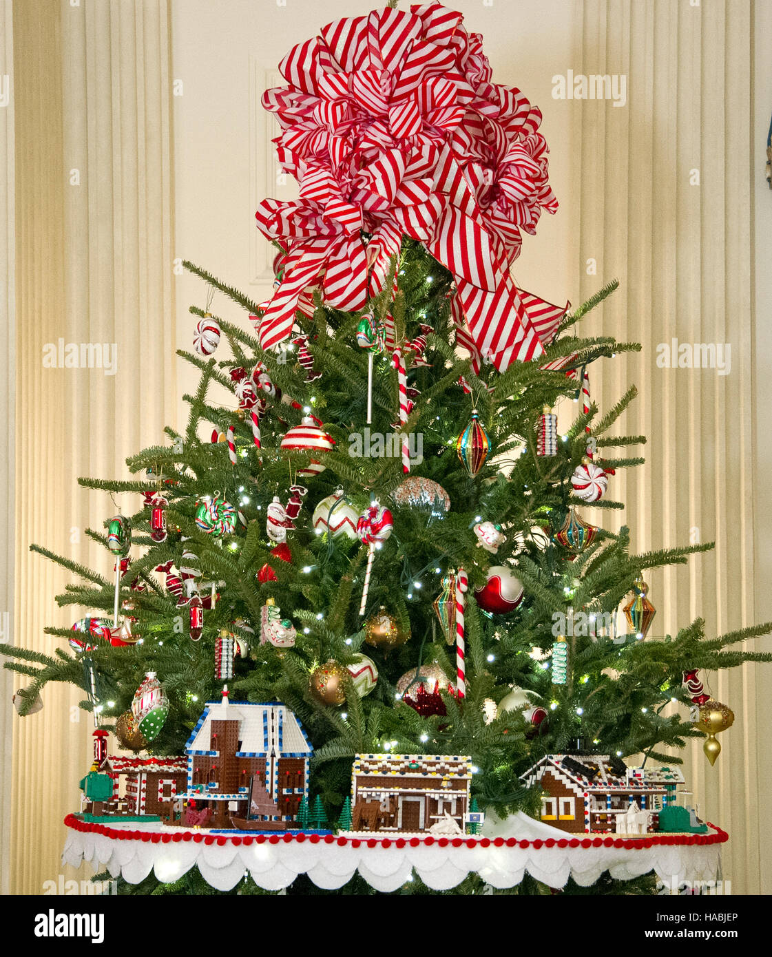 Holiday decorations at the white house are displayed during a press - Stock Photo The 2016 White House Christmas Decorations Are Previewed For The Press At The White House In Washington Dc On Tuesday November 29