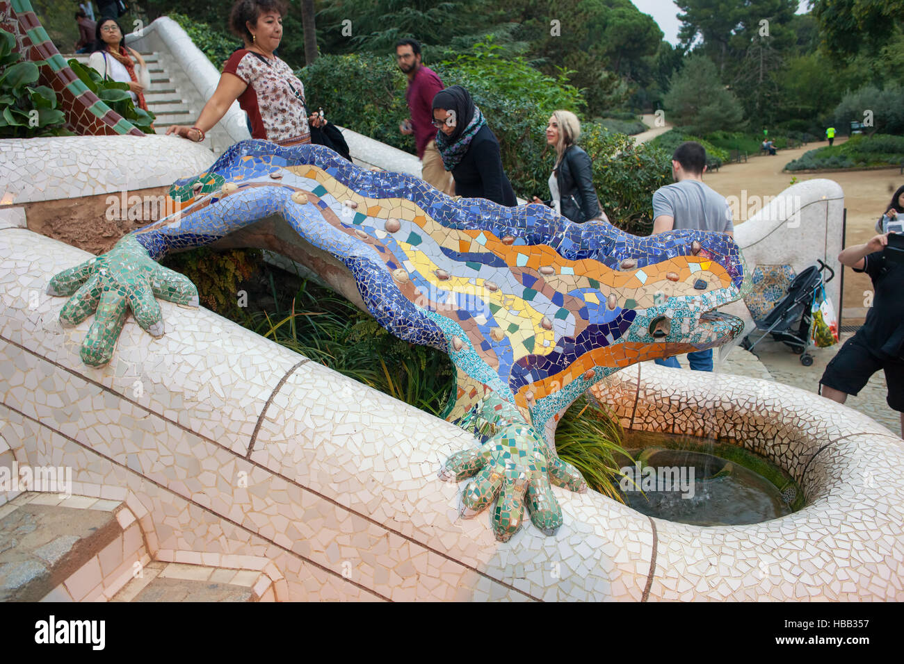 Dragon fountain el drac salamander by gaudi in park for Salamandra barcelona