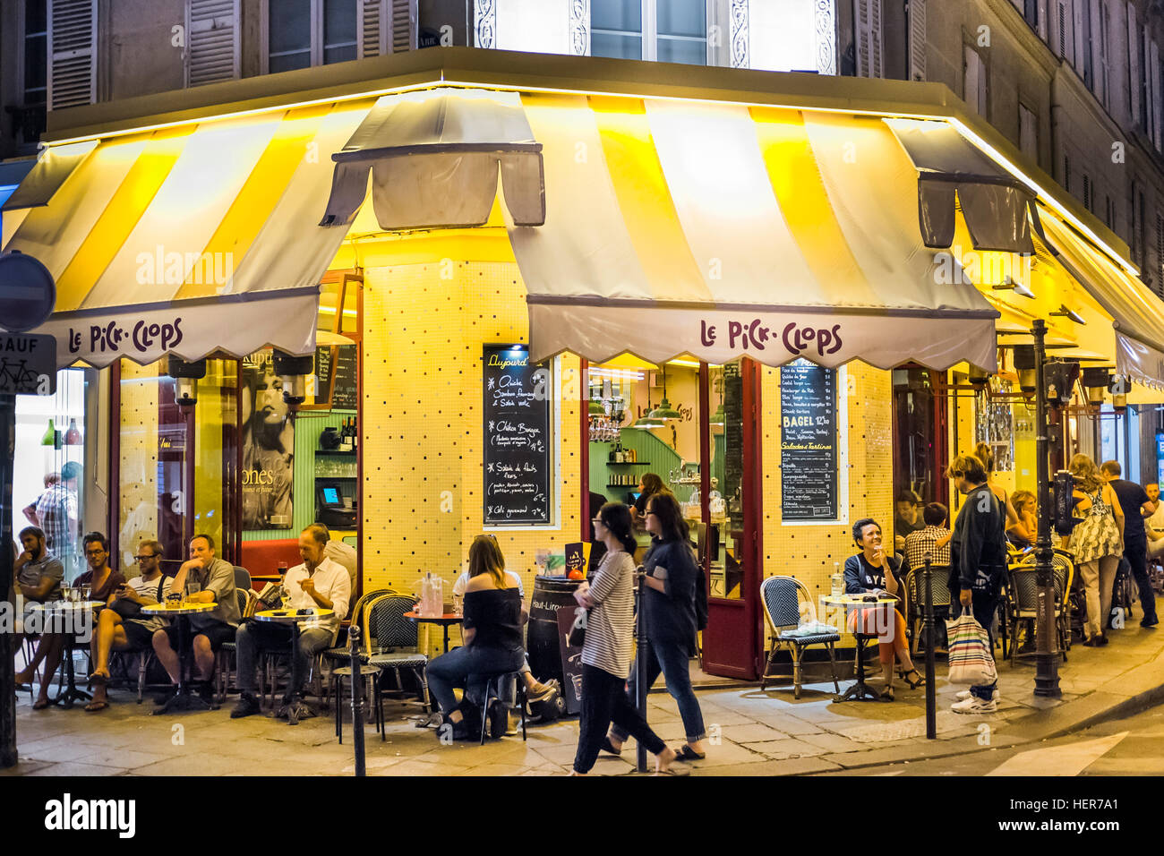 le pick clops cafe brasserie at night stock photo royalty free image 129588425 alamy. Black Bedroom Furniture Sets. Home Design Ideas