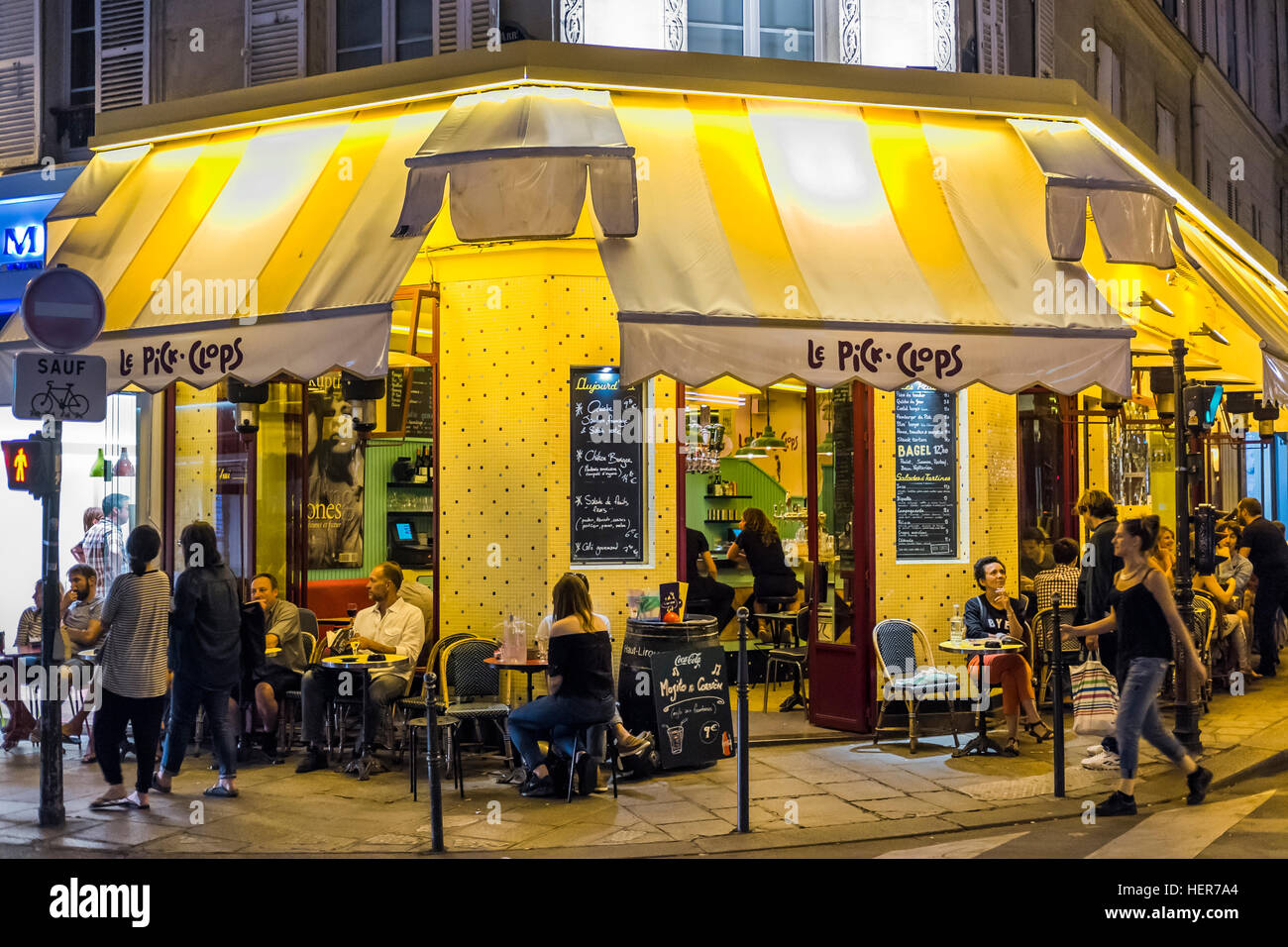 le pick clops cafe brasserie at night stock photo royalty free image 129588428 alamy. Black Bedroom Furniture Sets. Home Design Ideas