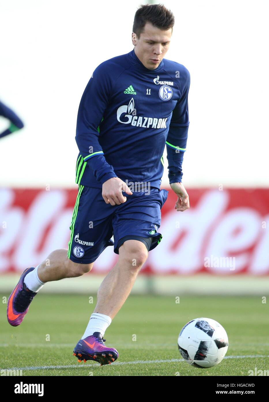 Schalke s Yevhen Konoplyanka runs with the ball during a training