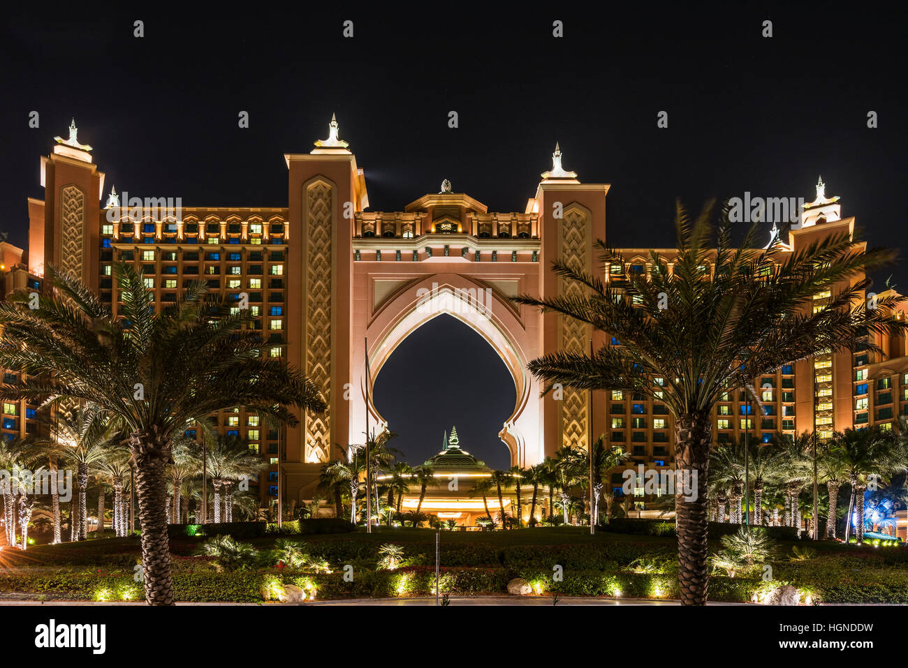 Night view of atlantis the palm luxury hotel dubai for Best hotels dubai palm