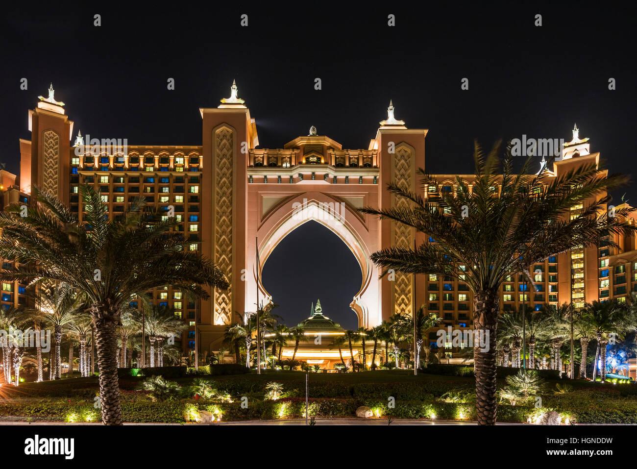 Night view of atlantis the palm luxury hotel dubai for Best hotels dubai palm