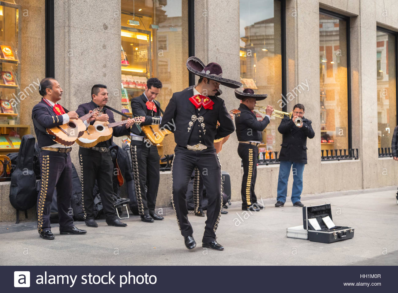 flamenco dance man while musicians play their instruments in the