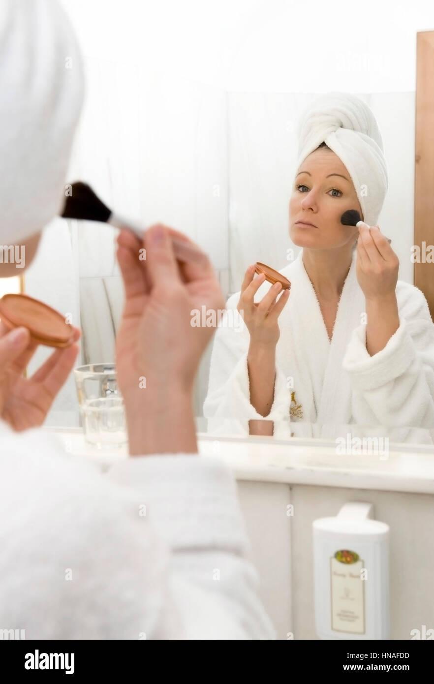 junge frau im badezimmer verwendet wangenrouge - young woman in, Badezimmer ideen
