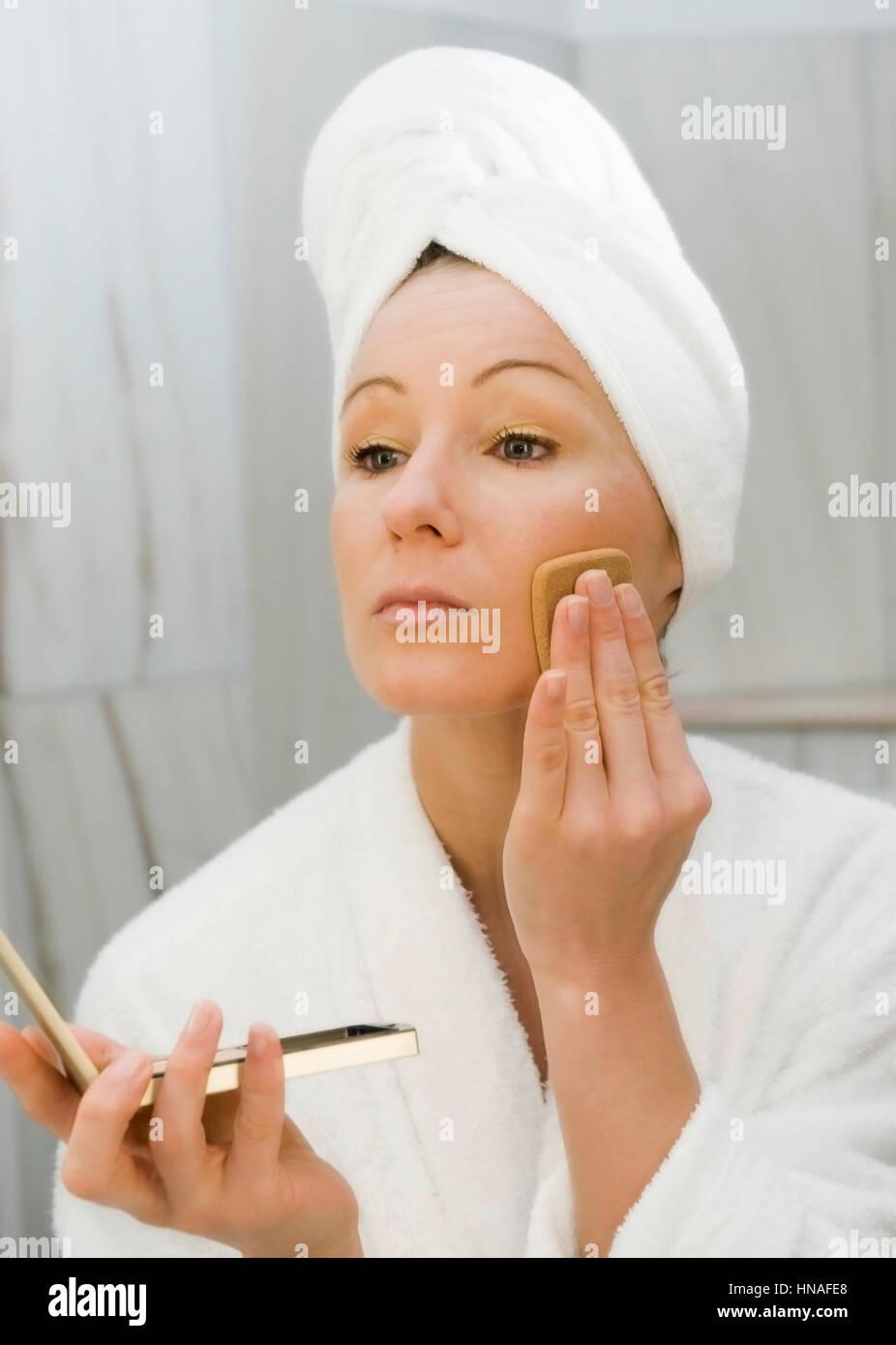 junge frau im badezimmer verwendet gesichtspuder - young woman in, Badezimmer ideen
