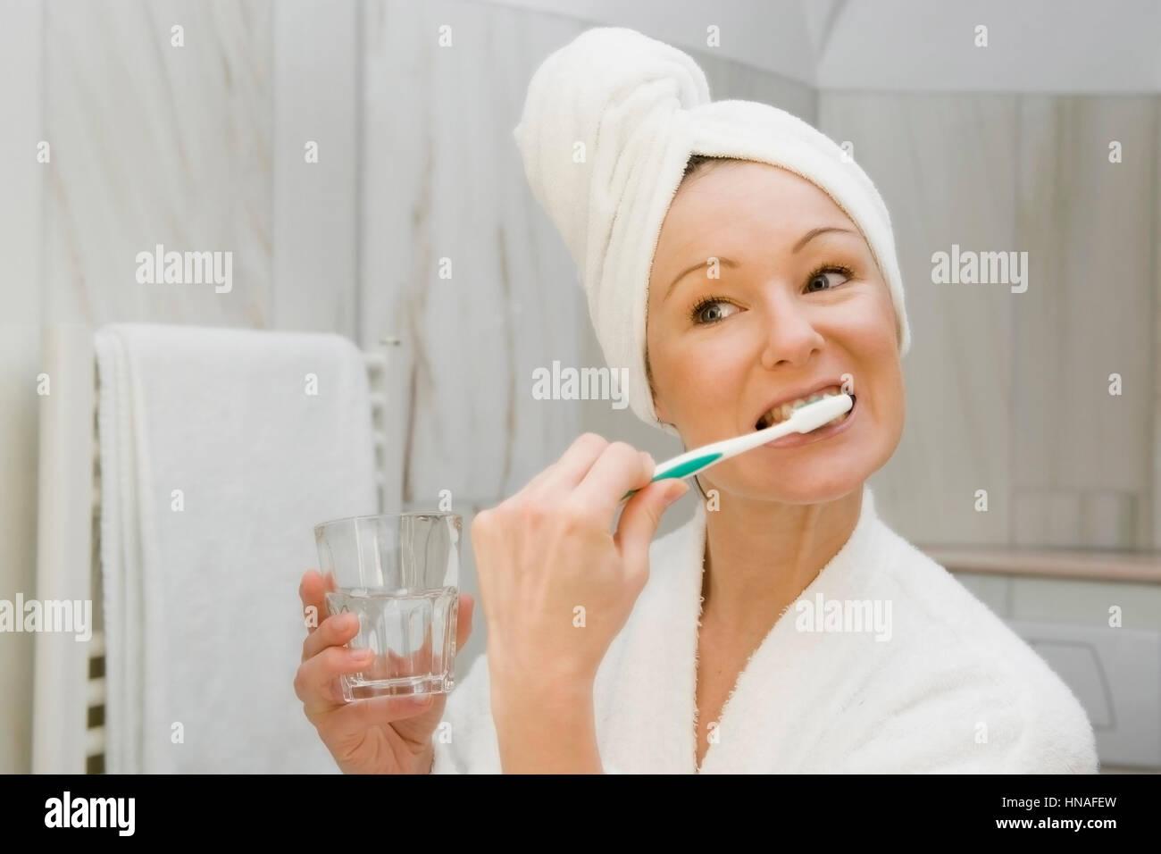 junge frau im badezimmer putzt sich die zaehne - young woman in, Badezimmer ideen