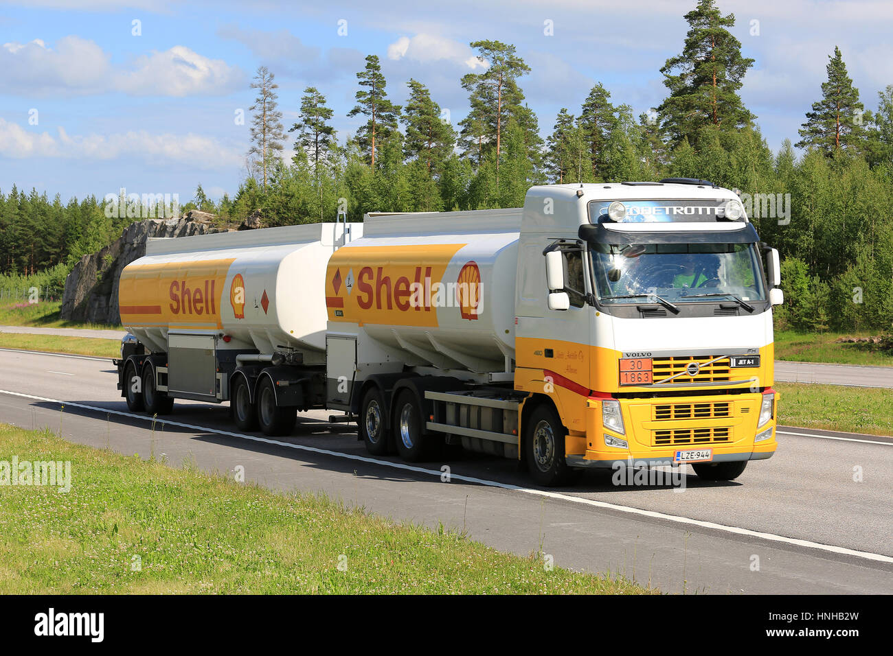 Inredning ok hyra lastbil : Truck Oil Tank On Road Stock Photos & Truck Oil Tank On Road Stock ...