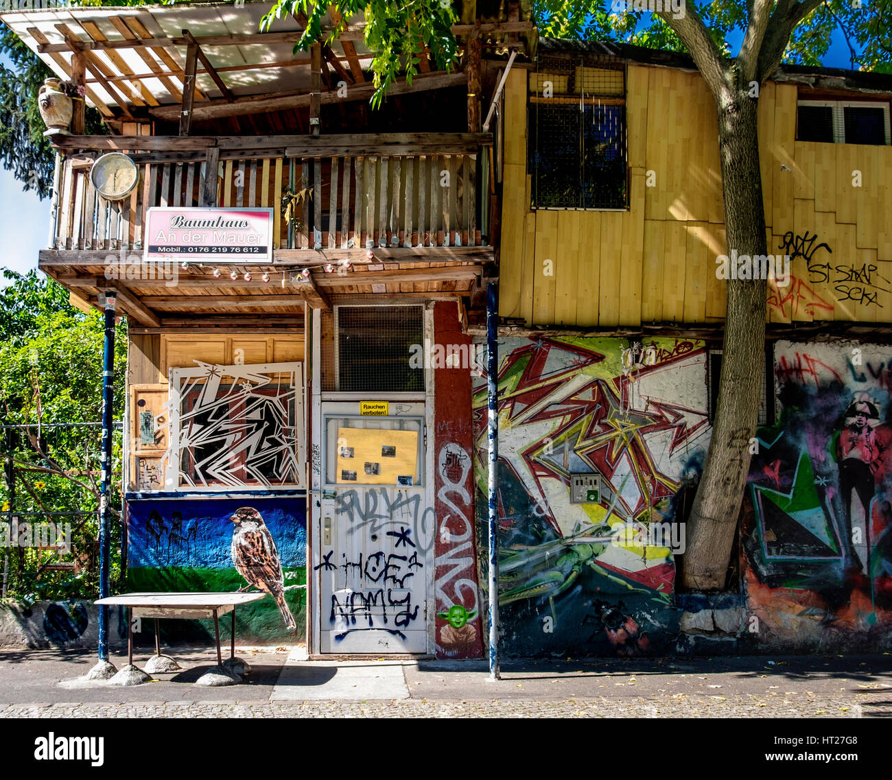 berlin kreuzberg baumhaus an der mauer garten tree house at the wall stock photo royalty free. Black Bedroom Furniture Sets. Home Design Ideas