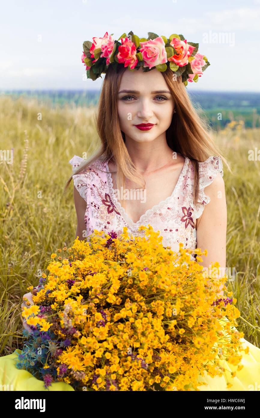 Фото девушка в венке из цветов фото