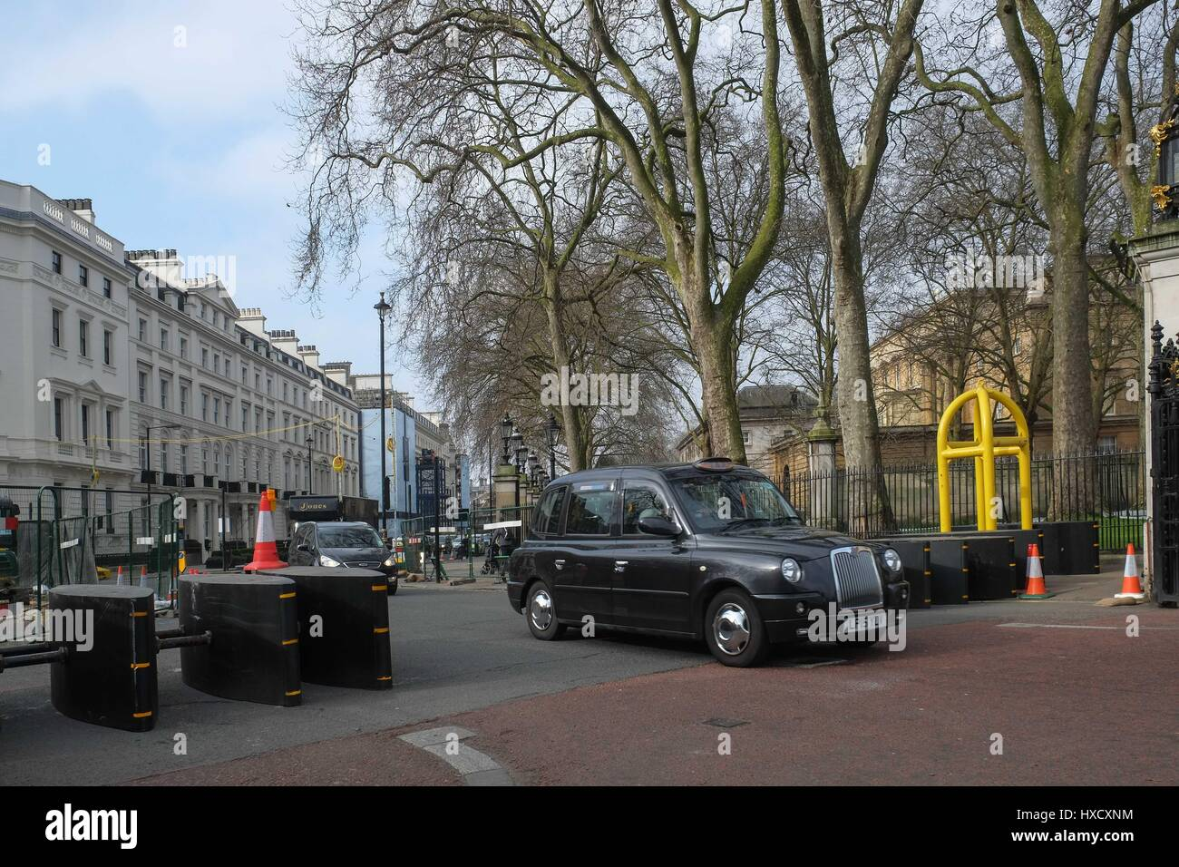 London Uk 27th March 2017 The Met Police Have Yellow Bollards