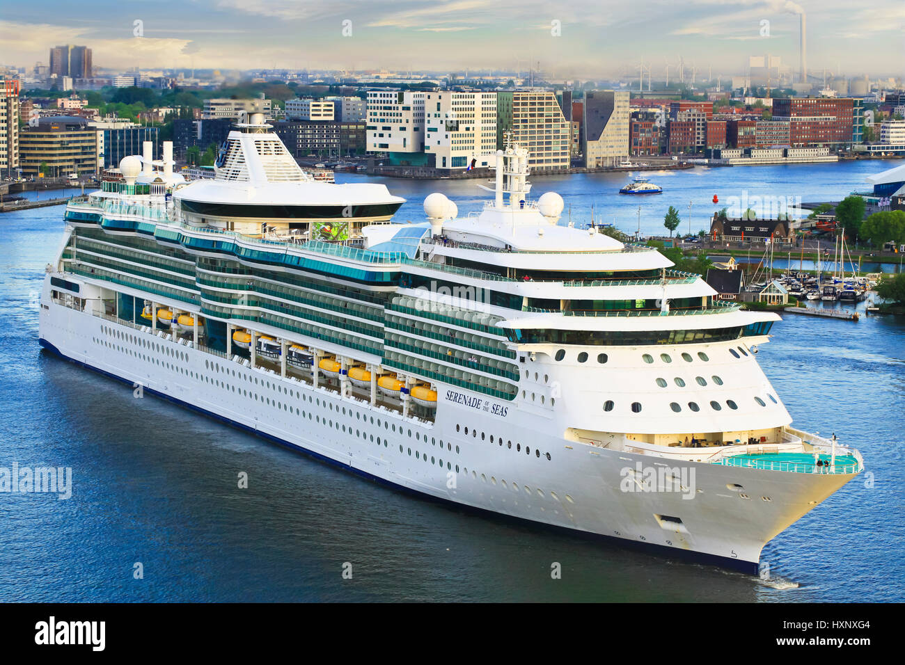 royal caribbean cruise ship serenade of the seas heading to cruise