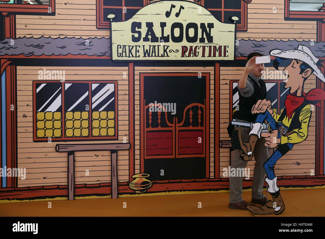A man makes a selfie in the saloon of lucky luke during - Dessin saloon ...