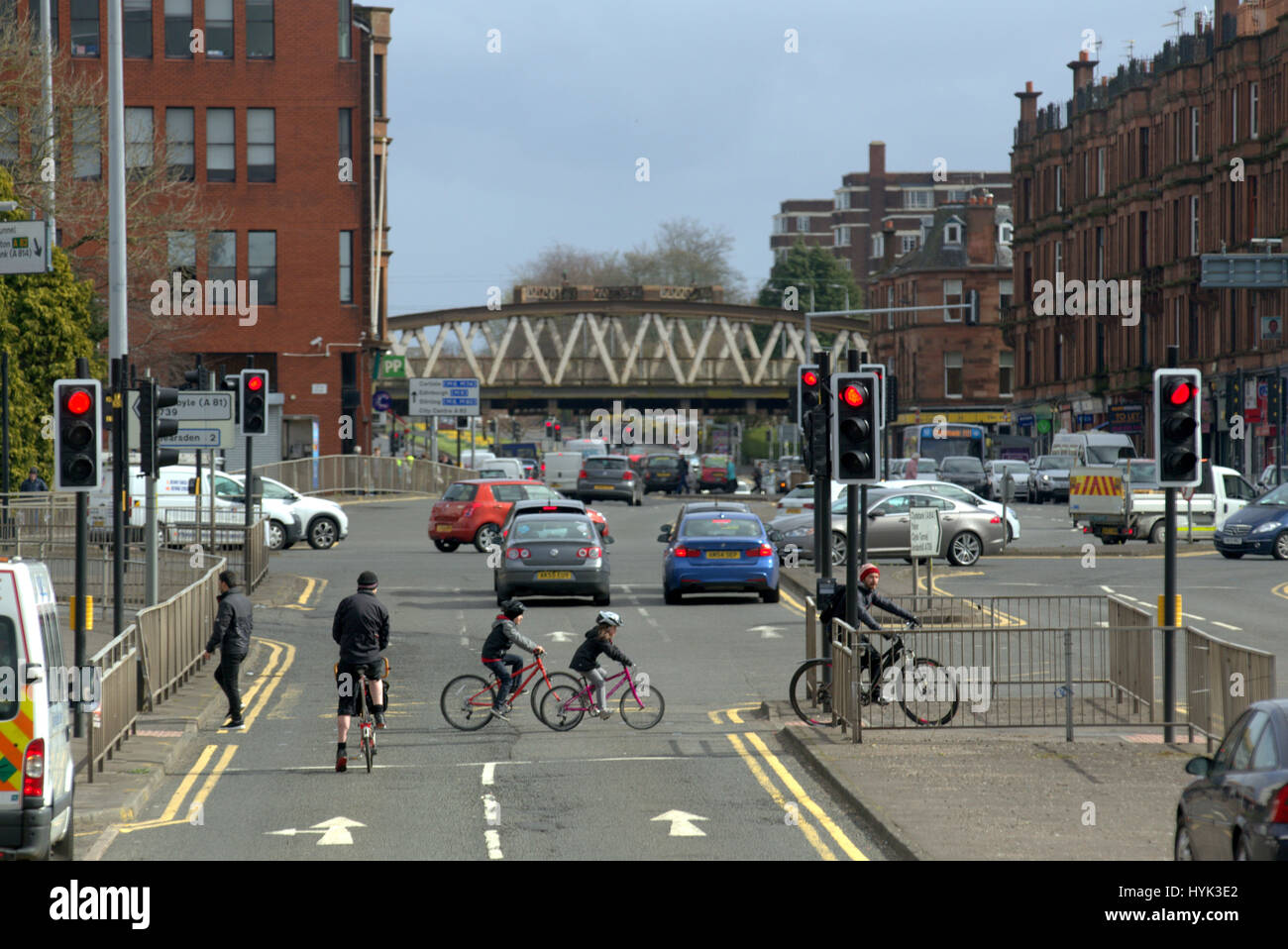great western road cyclists family father and kids at anniesland