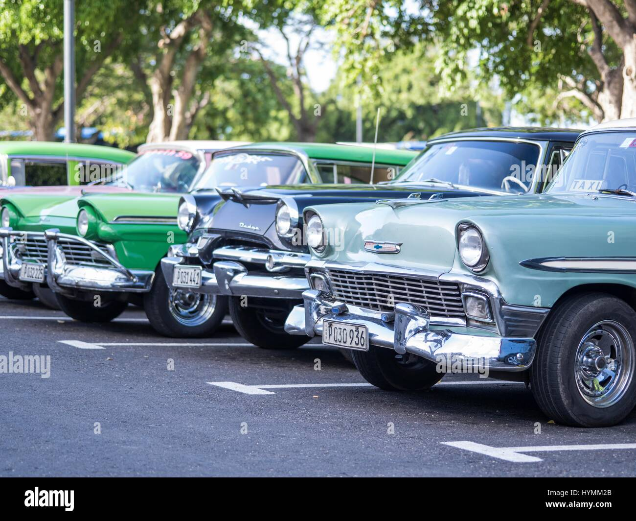 Street scene of Old Havana with 1950s classic American cars ...