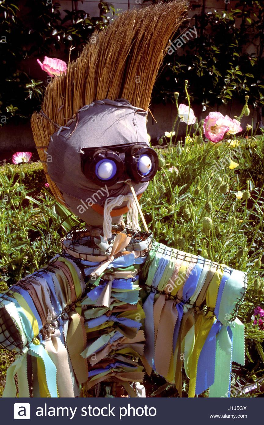 epouvantail dans un jardin a paris scarecrow in a garden paris stock photo royalty free. Black Bedroom Furniture Sets. Home Design Ideas