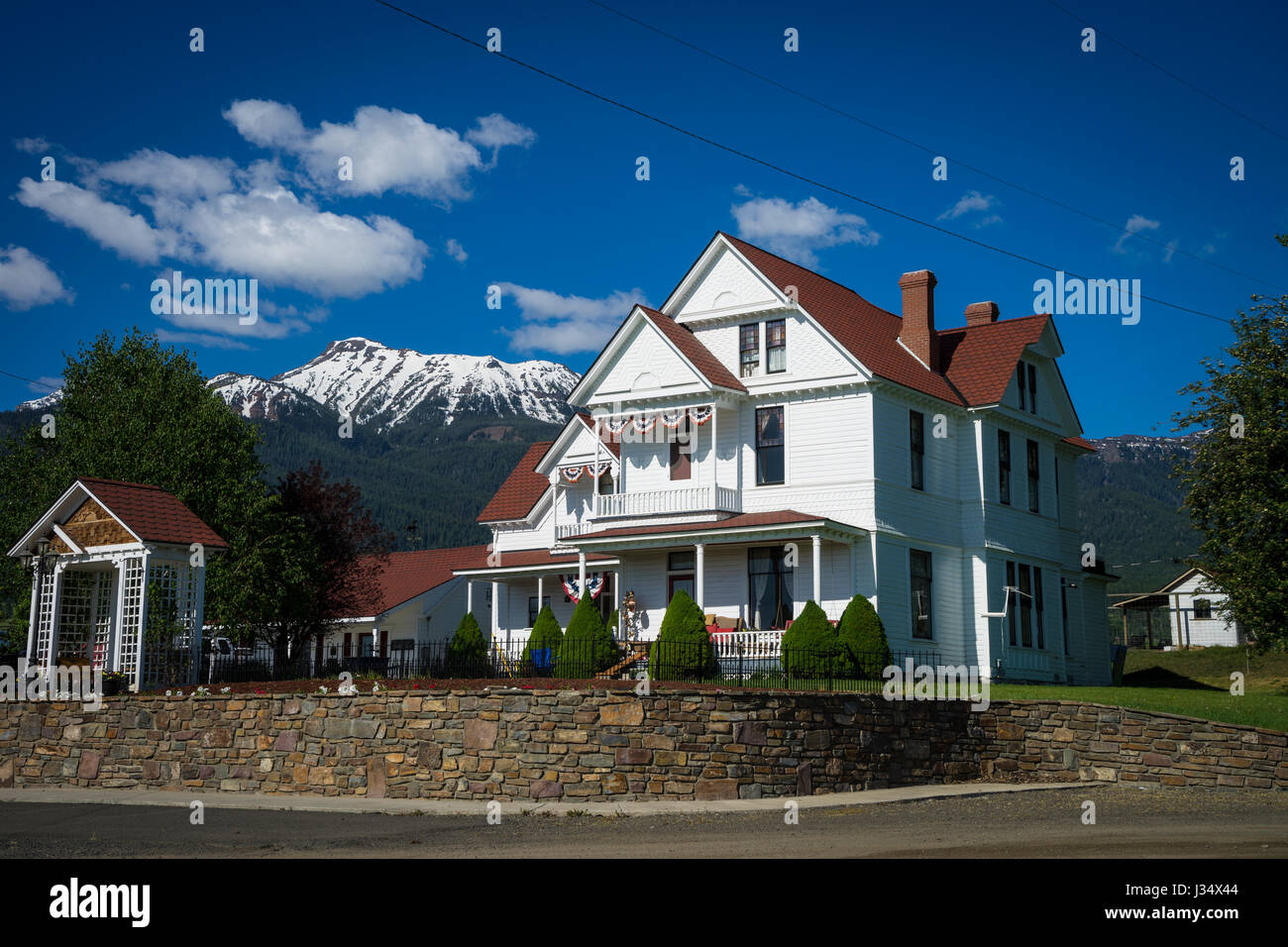 Old White House Near Mountains In Western United States Stock - Mountains in the united states