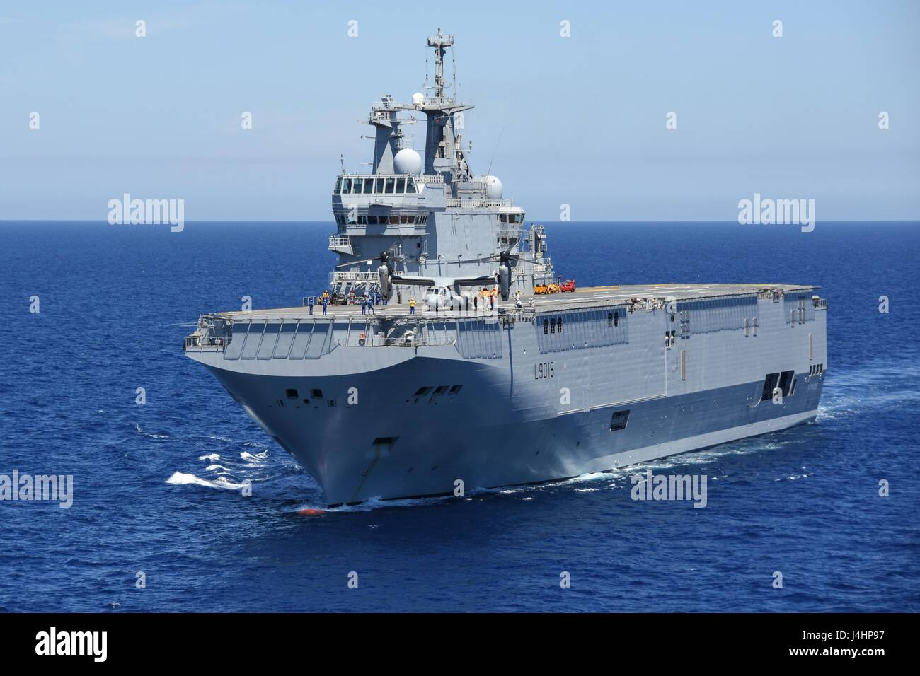 the french navy mistral class amphibious assault ship fs dixmude steams underway august 6