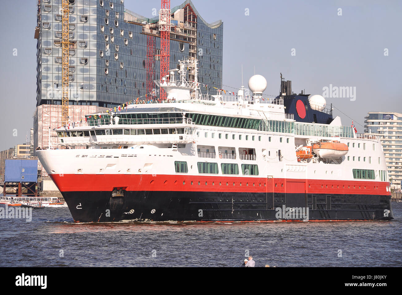 Steamer Cruise Cruiser Damper Travel Giant Harbor Hamburg Harbours - Can you take a steamer on a cruise ship