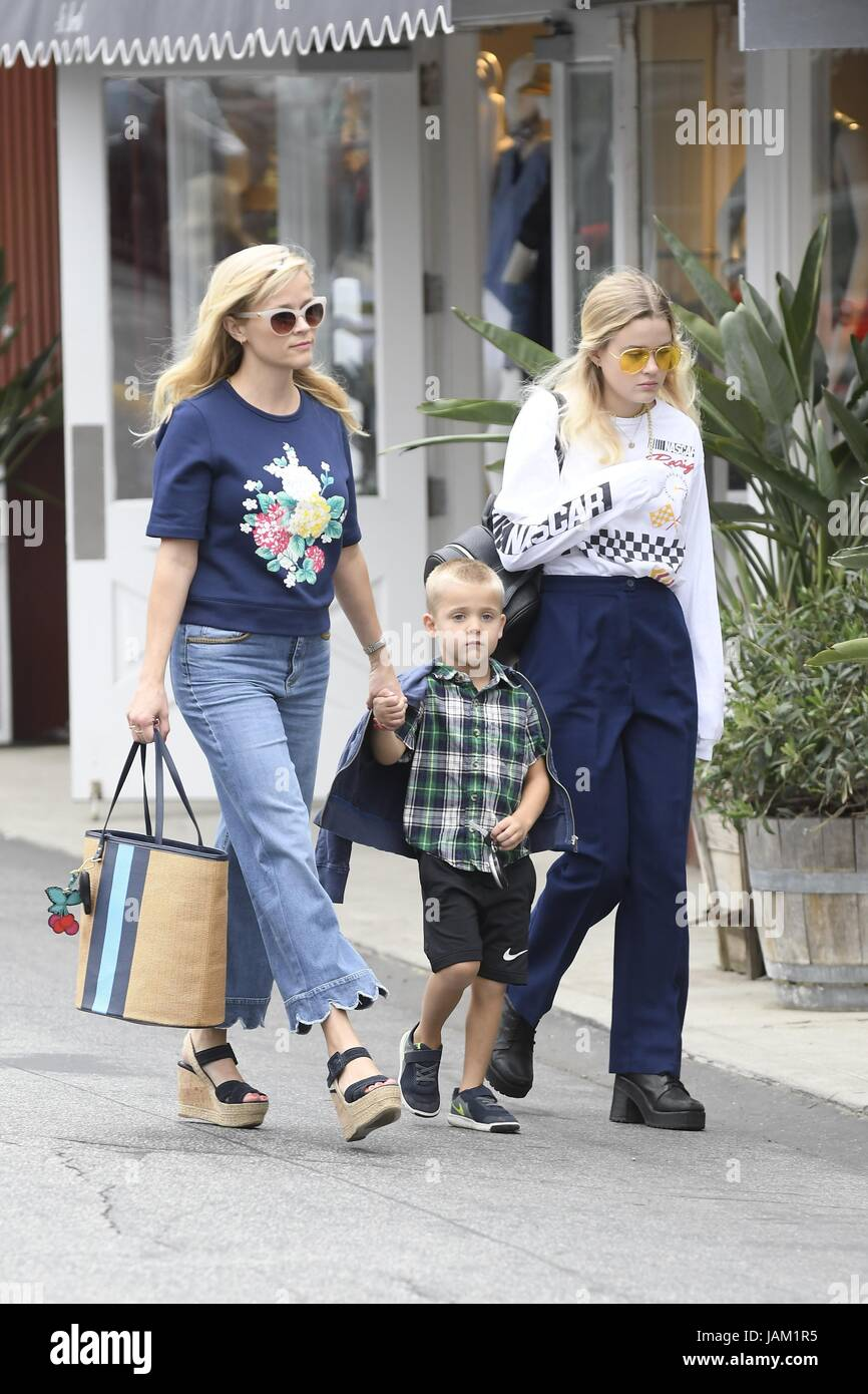 reese witherspoon goes to lunch with her daughter and
