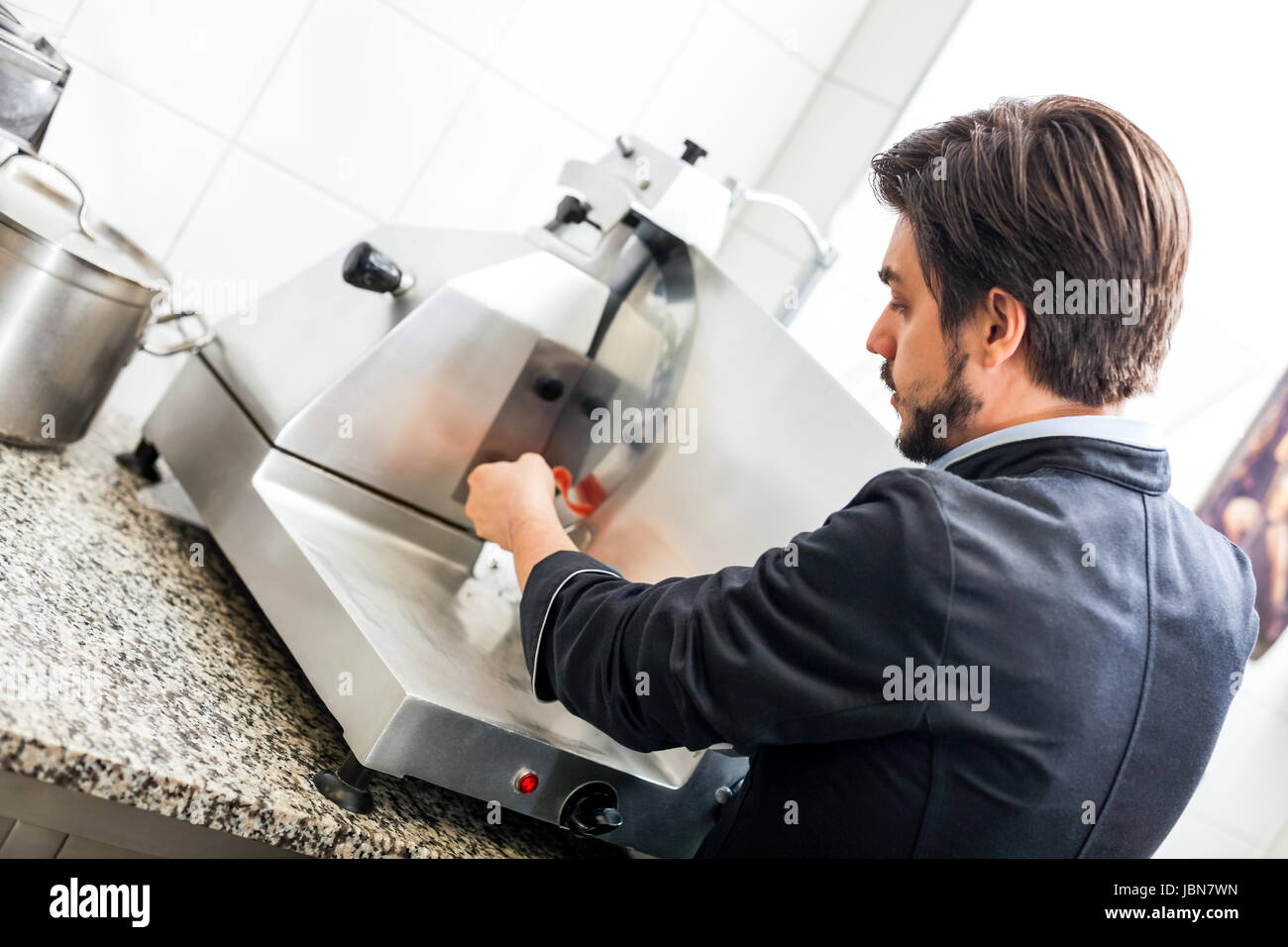 Schneidemaschine Küche   Chefkoch Schneidet Frischen Schinken Auf Der Schneidemaschine In