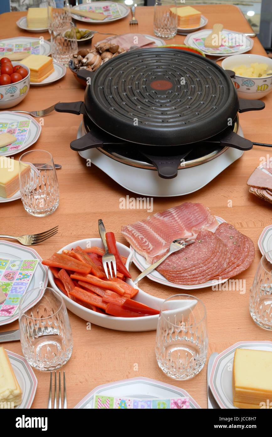 Raclette, Tisch, Gedeckt, Gedeckter Tisch, Essen, Lebensmittel,  Raclette Grill, Teller, Glas, Champignonf, Schinken, Oliven, Käse,  Raclettekäse, ...