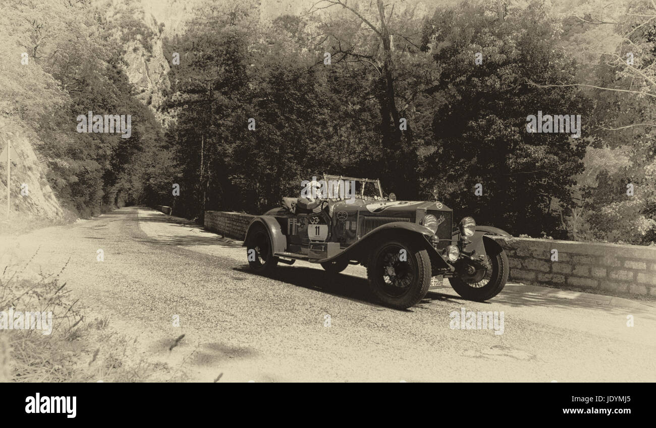 O.M. 665 SUPERBA 1927 on an old racing car in rally Mille Miglia ...