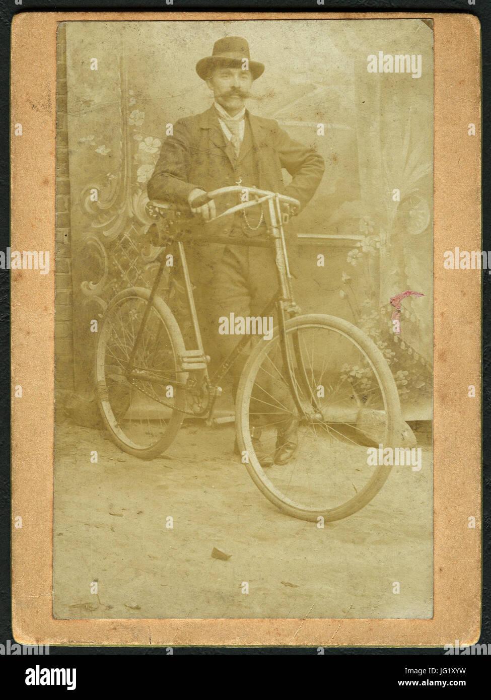 Maler Celle der maler wilhelm mohrbotter mit fahrrad im hof in celle vor