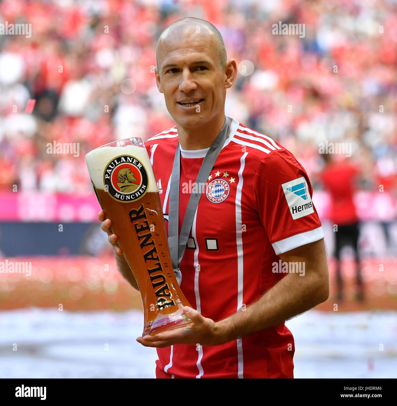 Beer shower with wheat beer Arjen Robben FC Bayern Munich