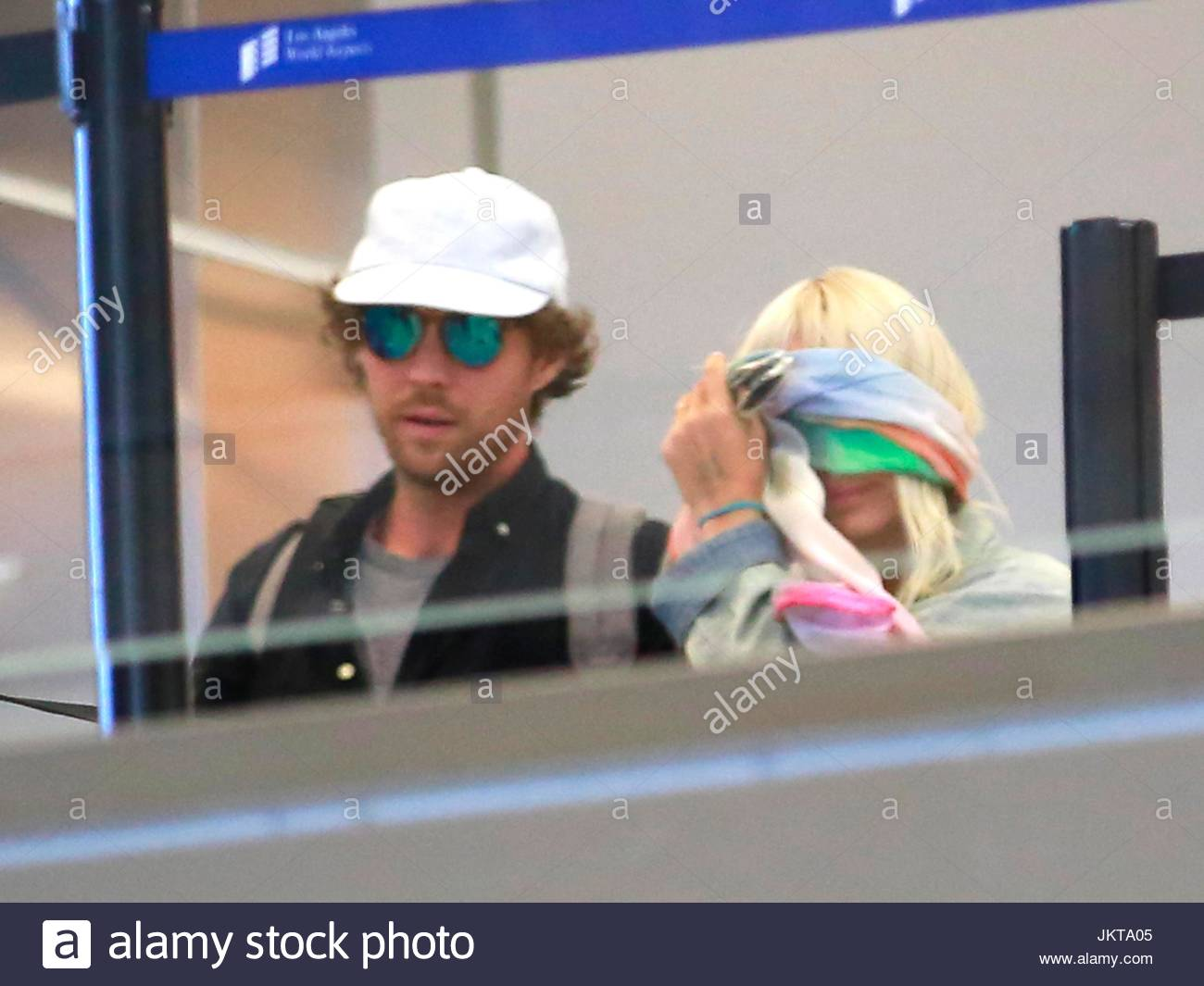 Sia furler erik lang australian singer sia spotted ducking her australian singer sia spotted ducking her way out of los angeles only weeks after performing her hit song chandelier at jennifer anistons wedding arubaitofo Image collections