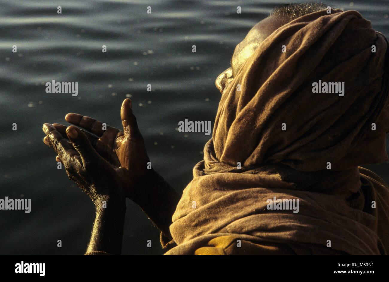 INDIA, Uttar Pradesh, Varanasi, a Hindu man at morning
