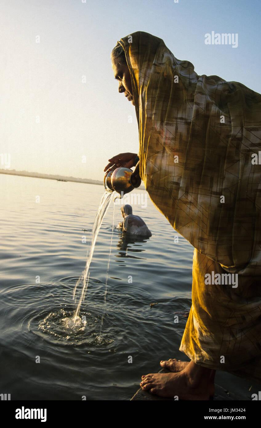 INDIA, Uttar Pradesh, Varanasi, Hindu woman at morning prayer for