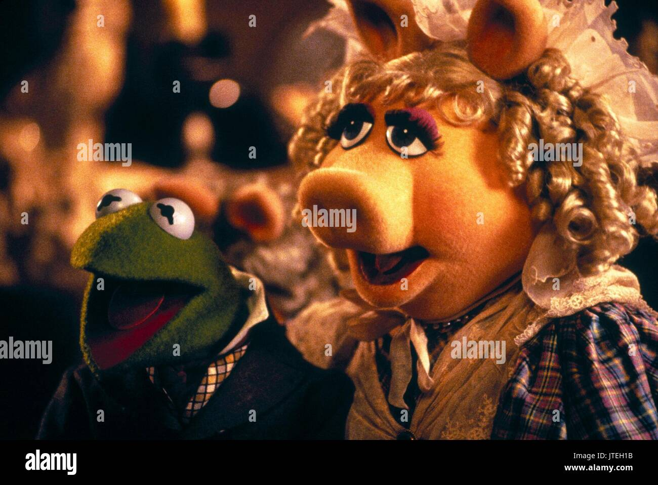 KERMIT THE FROG AS BOB CRATCHIT & MISS PIGGY AS EMILY CRATCHIT THE ...