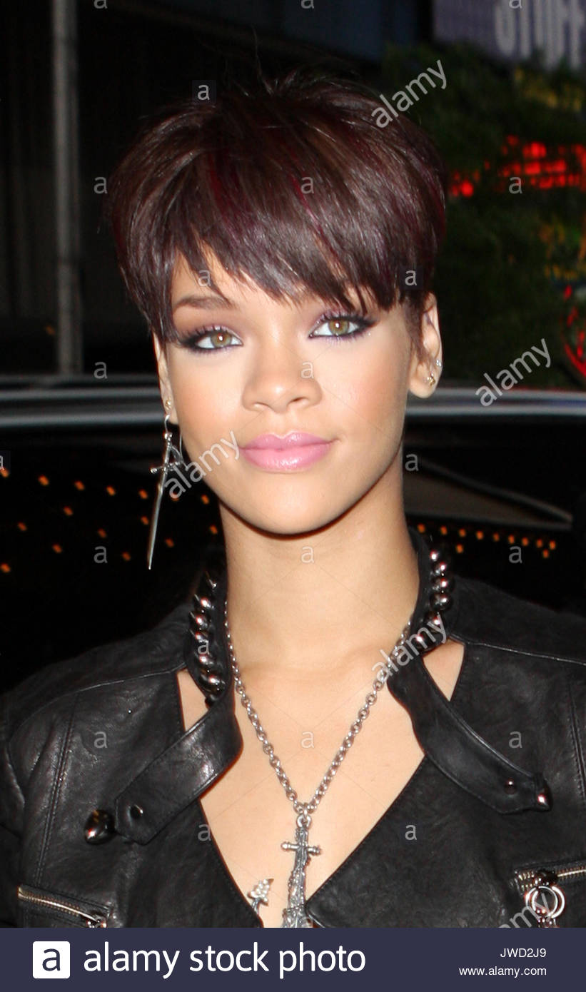 rihanna-black-eye-pics-motherdaughterfuck-who-are-they