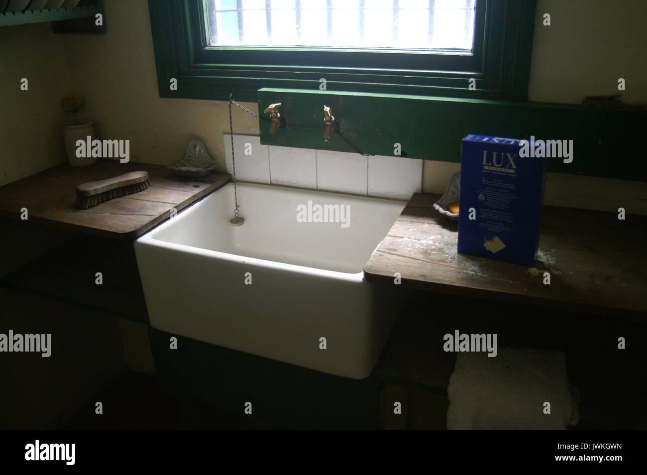 Victorian kitchen Belfast Sink Stock Photo: 153479697 - Alamy