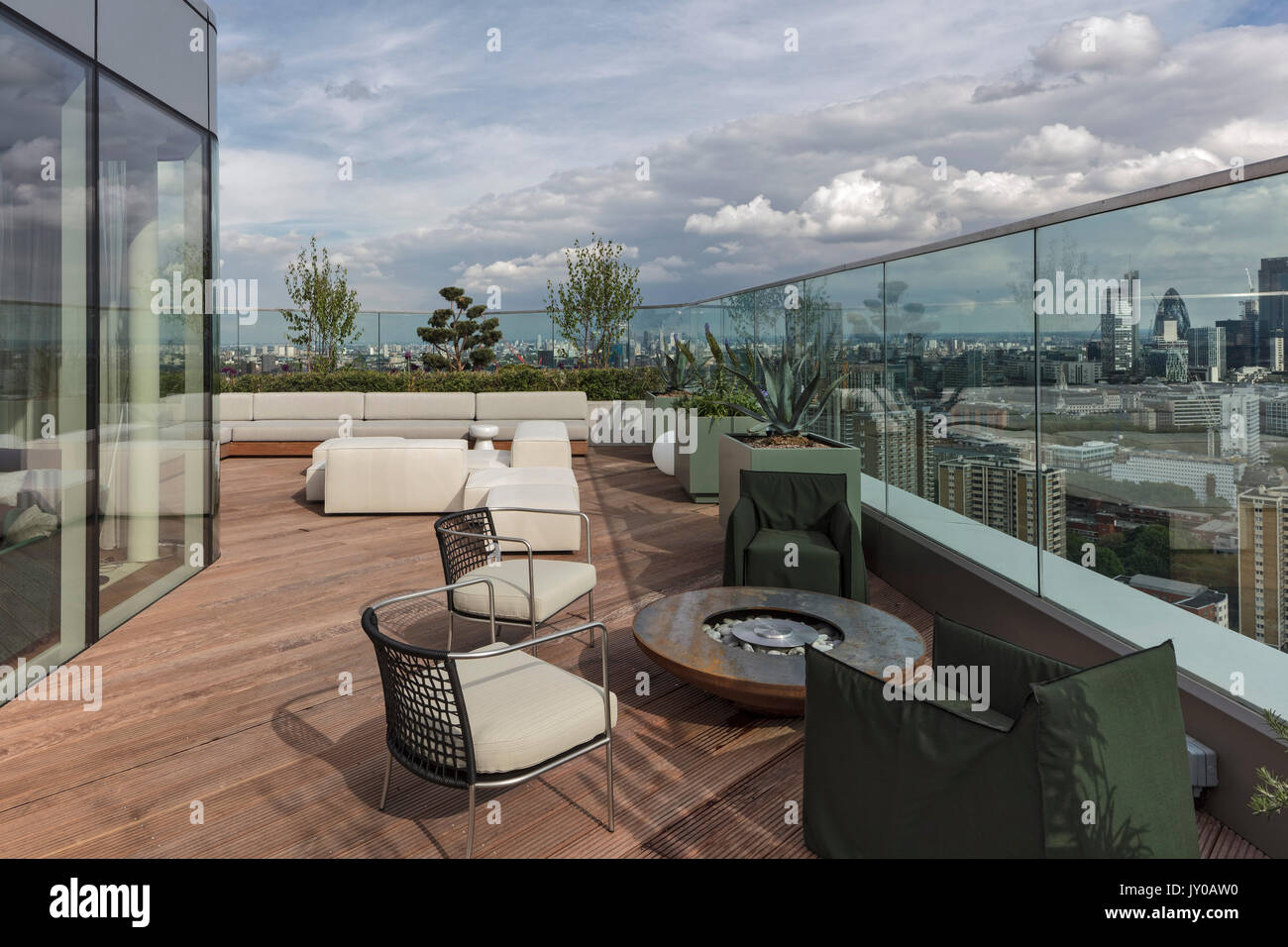 Upper roof terrace. Cetto Apartments Penthouse, London, United ... on