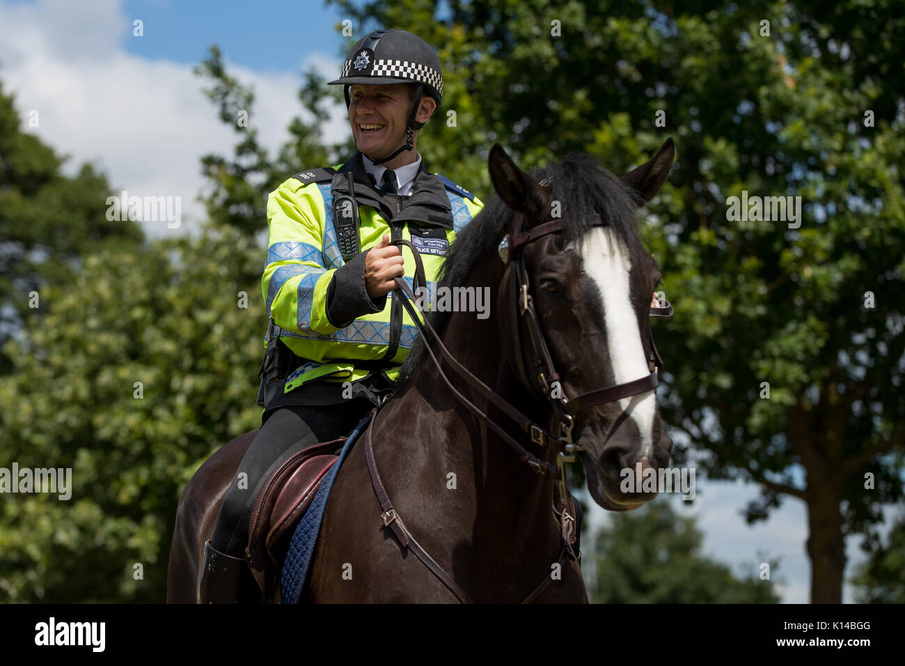 how to become a horse mounted police officer
