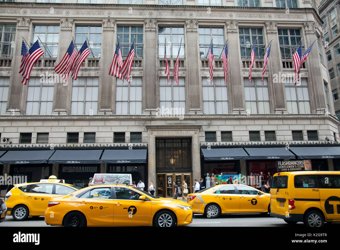Saks Fifth Avenue USA. The operation of Saks Fifth Avenue in the US is natural. Saks Fifth Avenue USA has a network of shops, which you can find in majority of American towns, maybe even in your own. You can find a complete list of shops, opening hours and maps below on this page.